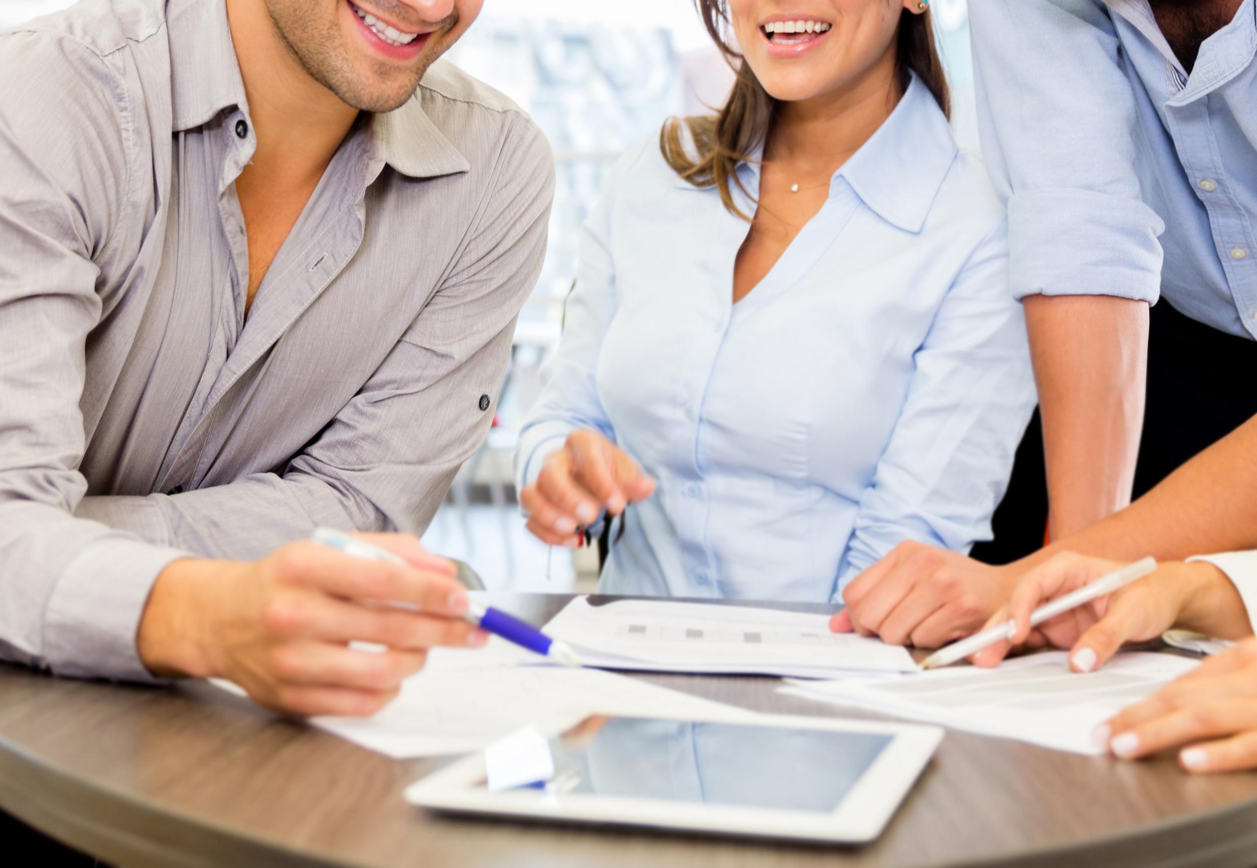אנשי עסקים עובדים כצוות במשרד
