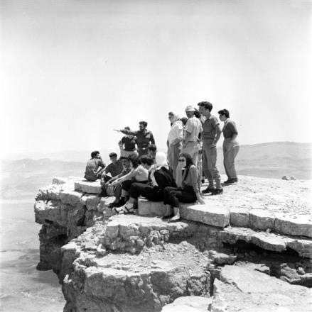 תמונהה שחור לבן של קבוצת אנשים על צוק