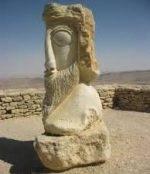 פסל עתיק ימים של חצי פרצוף